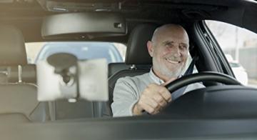 Fröhlicher Autofahrer